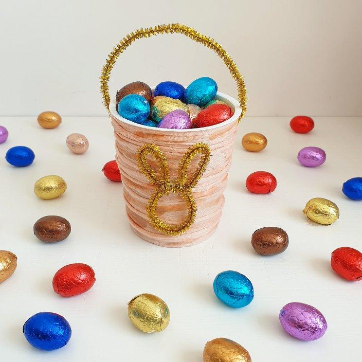 paasmandje knutselen voor pasen, van een yoghurtbakje, zpaghetti touw en pijpenragers- easter bucket crafting