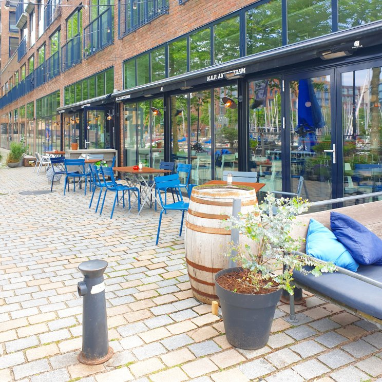 Kleurrijke duurzame aluminium tuinmeubels: Fermob tuinstoelen & tuintafel, dezelfde als in het Parijse Parc Luxembourg. We zijn al jaren verliefd op de kleurrijke duurzame aluminium tuinmeubels van Fermob.Kleurrijke meubels zorgen dat je tuin er het hele jaar vrolijk uitziet. Deze foto nam ik bij NAP in Amsterdam.
