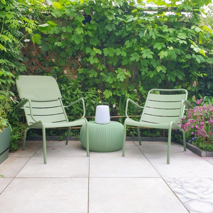 Kleurrijke duurzame aluminium tuinmeubels: Fermob tuinstoelen & tuintafel. We zijn al jaren verliefd op de kleurrijke duurzame aluminium tuinmeubels van Fermob.Kleurrijke meubels zorgen dat je tuin er het hele jaar vrolijk uitziet.