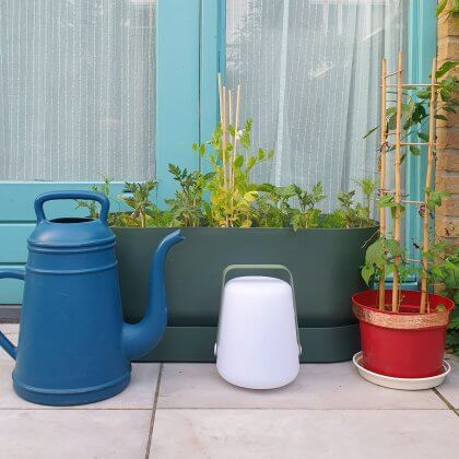 Plantenbakken voor moestuintjes: deze groene bloembak op wieltjes heeft een geïntegreerd waterreservoir, waardoor de plantjes in de zon minder snel uitdrogen. Bovendien is hij vorstbestendig voor de winter, maar binnen past de bak ook prima. Ook belangrijk: de bak is van gerecycled kunststof gemaakt. De Greenville bloembak is van Elho, wij hebben de variant van 80 centimeter lang.