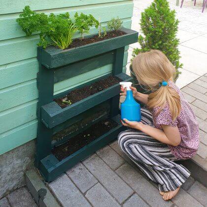 Plantenbakken voor moestuintjes: deze bak maakten we van pallets.
