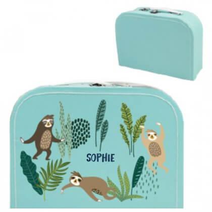 Erg leuk om een kraamcadeau in te pakken: zo'n kek traditioneel koffertje. Dit geboortekoffertje met naam komt van Bullby.