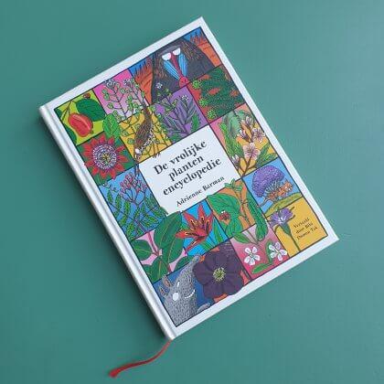 De vrolijke plantenencyclopedie is een anders dan anders encyclopedie. Het is dan ook een encyclopedie voor kinderen. Dus hij staat niet vol met tekst, maar met kleurrijke tekeningen van planten.