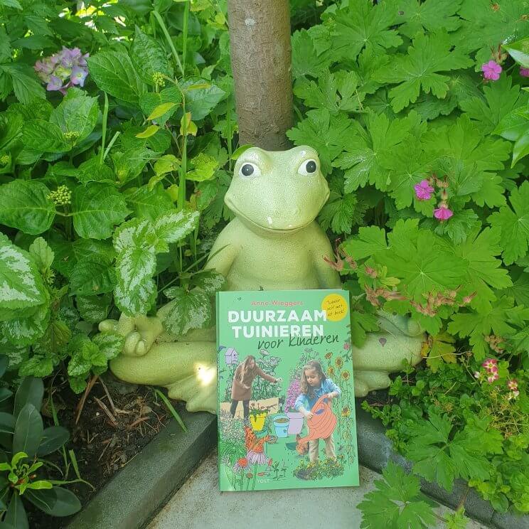 Voor kinderen zijn er niet zo veel tuinboeken. Daarom vond ik het extra leuk dat er nu een tuinboek is voor kinderen, dat over duurzaam tuinieren gaat. Auteur Anne Wieggers ken je misschien wel van BinnensteBuiten. We hadden haar boek voor volwassenen al, dus we waren ook heel benieuwd naar haar versie voor kids.