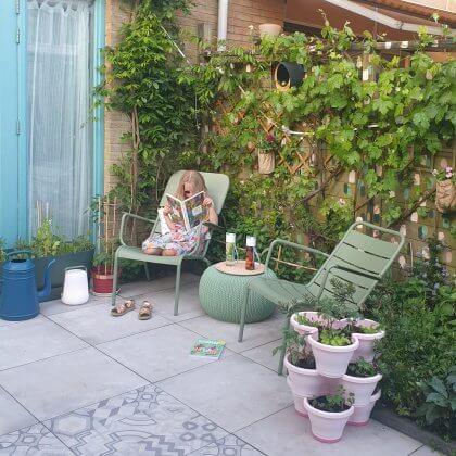 Kleurrijke meubels zorgen dat je tuin er het hele jaar vrolijk uitziet. We zijn al jaren verliefd op de kleurrijke aluminium tuinmeubels van Fermob. De stoelen uit de Luxembourg serie van Fermob kreeg ik ruim tien geleden cadeau van al mijn vrienden. Die blijven zo lang mooi, daarom kopen we iedere keer weer wat van dit merk. Ze lijken prijzig, maar doordat ze veel langer meegaan, valt dat uiteindelijk waarschijnlijk wel mee. En hoe leuk is het om dezelfde stoelen te hebben als in hetParc Luxembourg in Parijs?