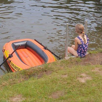 Het leukste buitenspeelgoed voor deze lente en zomer. Een opblaasbare rubberen boot.