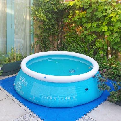 Ieder kind moet een zwembad(je) hebben. Heb je een kleine tuin, dan kun je een zwembadje met opzetrand in plaats van een dikke opblaasrand zoeken. Woon je heel groot, dan kun je voor een groot opzetzwembad gaan.Zelf hebben we een rond zwembad gekozen, die neemt wat minder ruimte in de tuin in. Bovendien heeft het maar één opblaasrand, dat is een stuk minder pompen.Tip: koop een goede bijpassende afdekhoes, dan blijft het water langer schoon.
