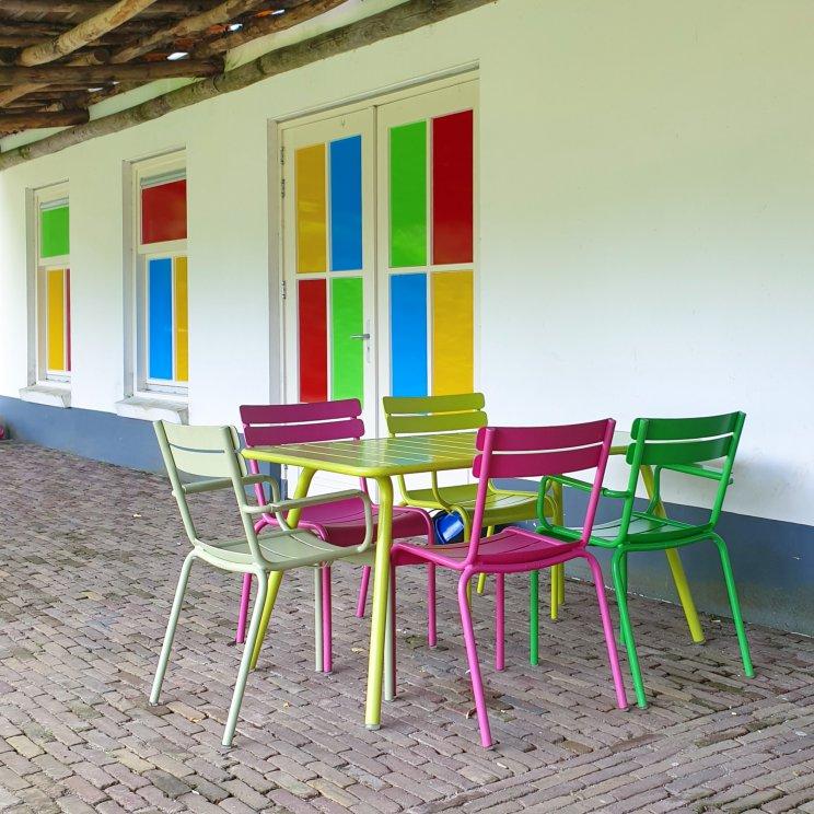 Oud Valkeveen: sfeervolle kruising tussen pretpark en speeltuin. Deze stoelen zijn van Fermob, ze staan ook in het Parijse Parc Luxembourg.