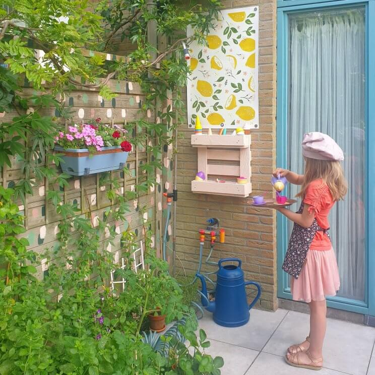 Een kinderkeukentje voor de tuin knutselen van een pallet