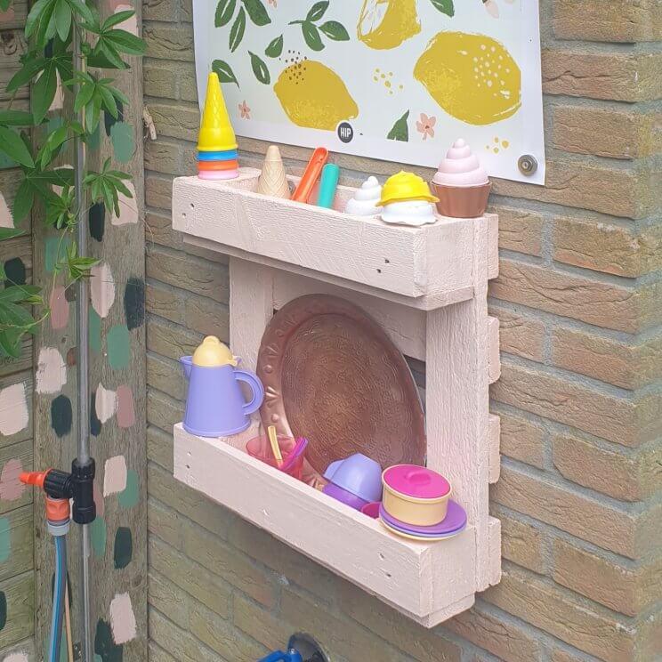 Knutselen met een pallet in de tuin: leuke ideeën. Met een oude pallet kun je super leuke dingen knutselen in de tuin. Ik verzamel hier leuke ideeën, zoals dit kinderkeukentje voor de tuin. Het is een kinderkeukentje in een klein hoekje van de tuin, of eigenlijk een koffie- en ijsbarretje.