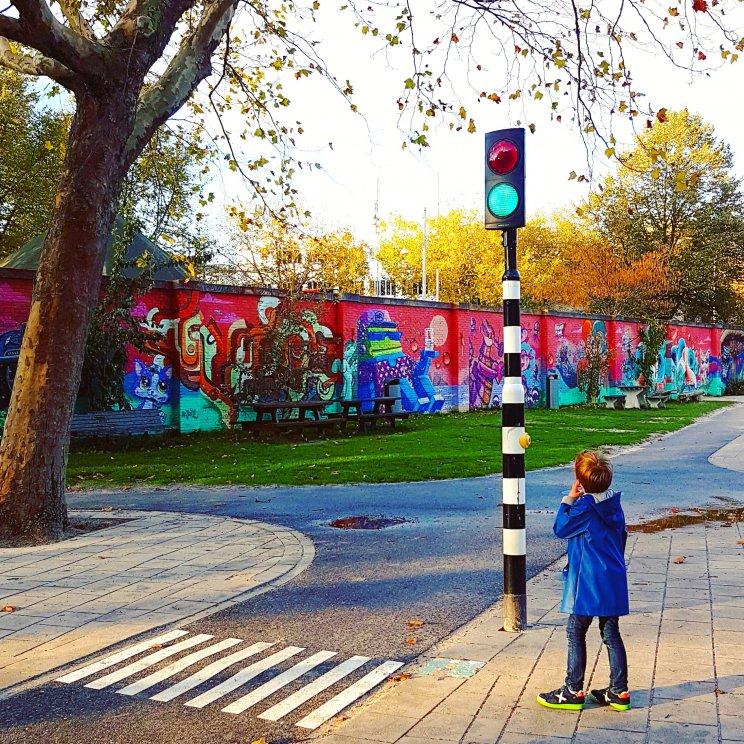 Amsterdam met kinderen: winkels, restaurants en speeltuinen in de Pijp. Op het Weteringcircuit zit speeltuin UJ Klaren. Het heeft een soort verkeerscircuit, kleintjes racen daar op loopfietsjes rond. De speeltuin is vooral leuk voor kleintjes tot een jaar of zes, grotere kids kunnen voetballen, koppeltje duikelen en schommelen.