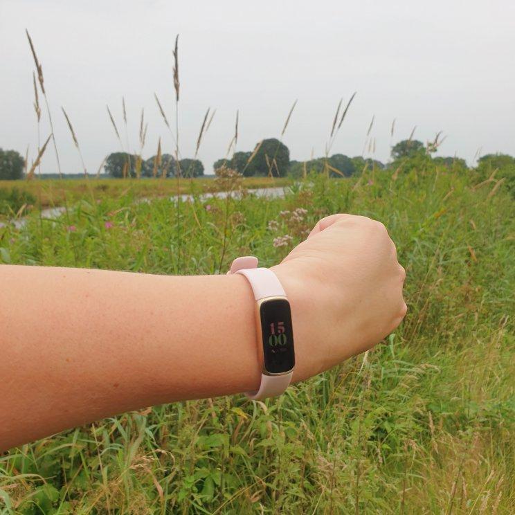 Fitbit Luxe review: horloge, stappenteller en sieraad. Super handig zo'n stappenteller, maar ik wil ook een mooi horloge. De Fitbit Luxe is een horloge met stappenteller, maar met de Gorjana armband zo mooi dat het ook een sieraad is. Kijk je mee naar mijn review van de Fitbit Luxe?