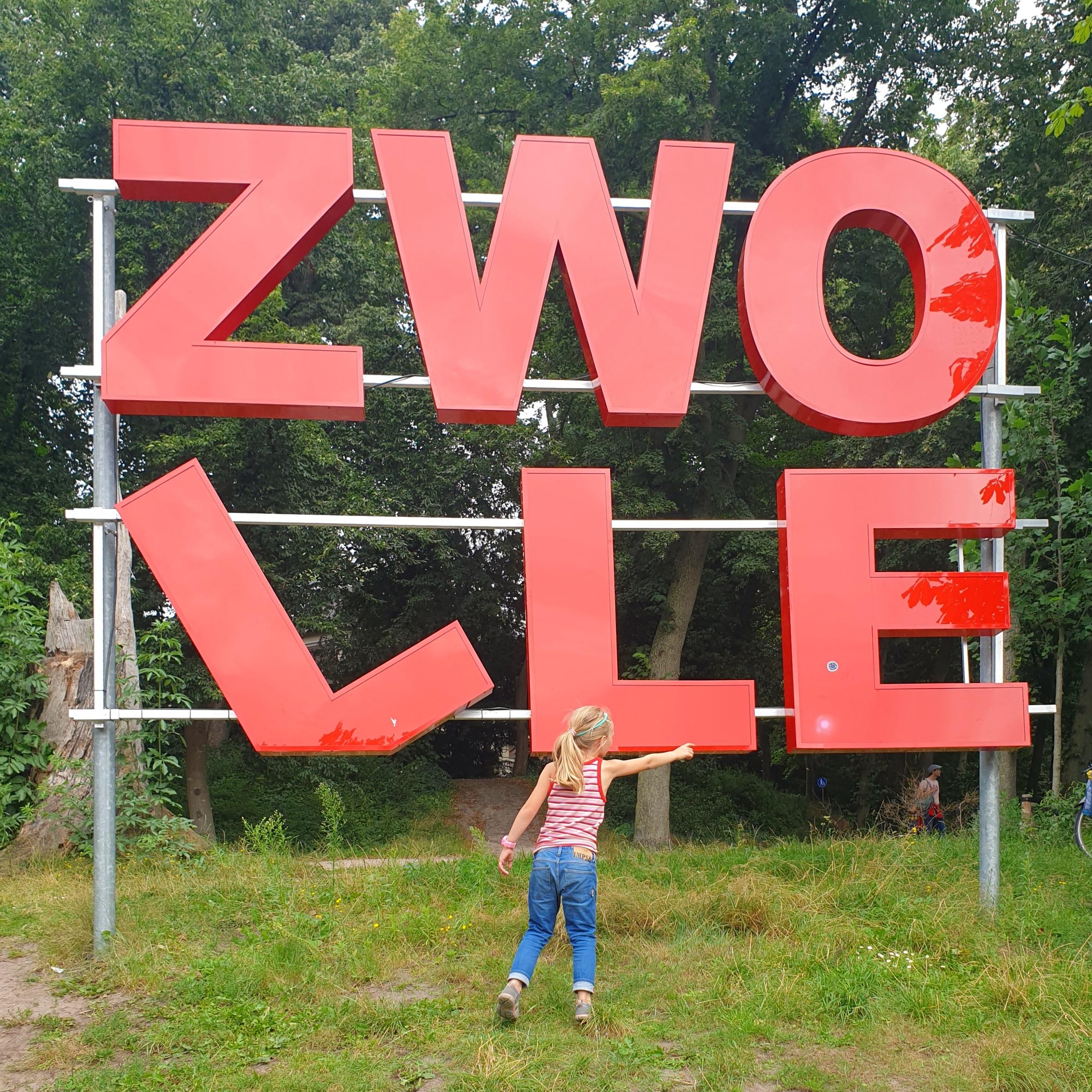 Citytrip met kinderen naar Zwolle. Wat een leuke stad is Zwolle! Deze zomer bezochten we de stad tijdens onze kampeervakantie. We gaan zeker terug, wat een leuke stad. Dit zijn onze tips voor een citytrip naar Zwolle.