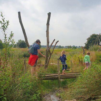 101 leuke uitjes met kinderen in Nederland en België – binnen en buiten. Bij natuuractiviteitencentrum De Koppel in Hardenberg is een blotevoetenpad.
