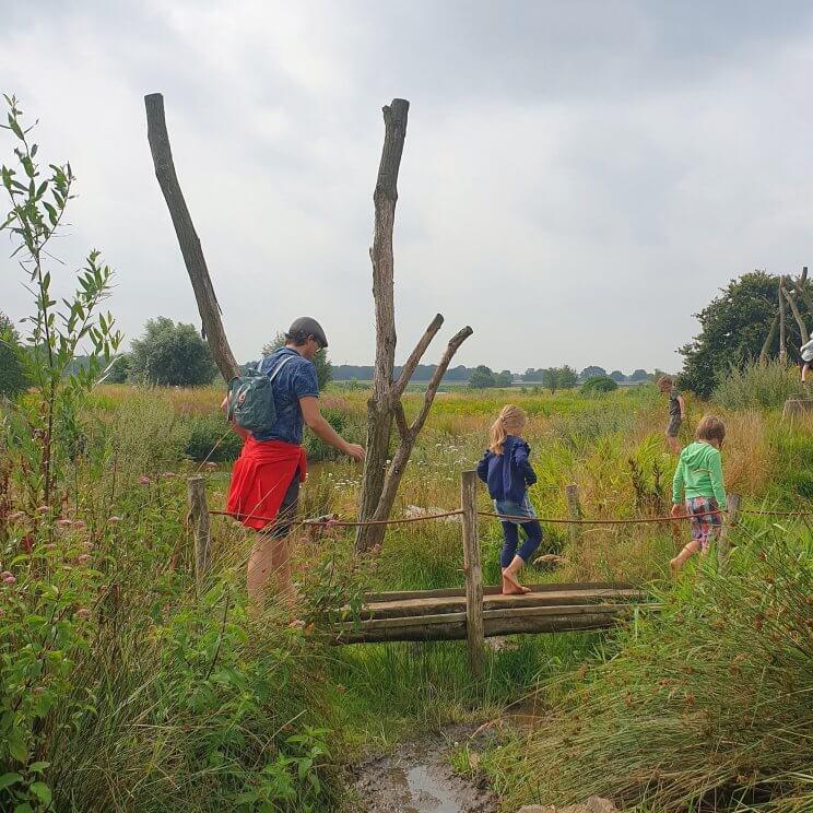 Bij natuuractiviteitencentrum De Koppel in Hardenberg is een blotevoetenpad, aan de Vecht. De kinderen vonden het erg leuk om hier doorheen te struinen.