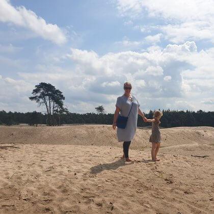 Zo ligt richting Ommen de Sahara. Je heus, de Sahara, maar dan in Nederland. Deze zandverstuiving is indrukwekkend, het ruikt er bijzonder en het voelt er heel weids. Wij volgen hier een wandelroute die zowel over de Sahara liep, als door het bos er omheen.