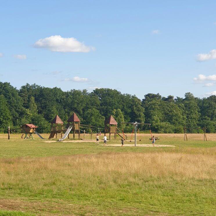 Huttopia de Roos: review van kindvriendelijke natuur camping in Overijssel. Er zijn veel verschillende speeltuinen, dit is de speeltuin op het Vliegerveld, naast plek 284. Er is onder andere een klimkasteel en soort paal met vier schommels.Daarnaast is er op het Vliegerveld veel ruimte om te sporten en natuurlijk vliegeren.