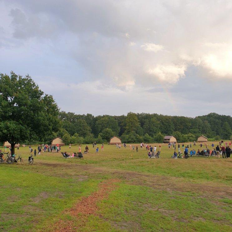Huttopia de Roos: review van kindvriendelijke natuur camping in Overijssel. Er zijn veel verschillende speeltuinen, dit is de speeltuin. Toen wij er waren organiseerden gasten iedere avond slagbal. Eerst een halfuurtje voor kinderen tot en met negen, daarna voor oudere kids en volwassenen. Dat vonden de kids ontzettend leuk.