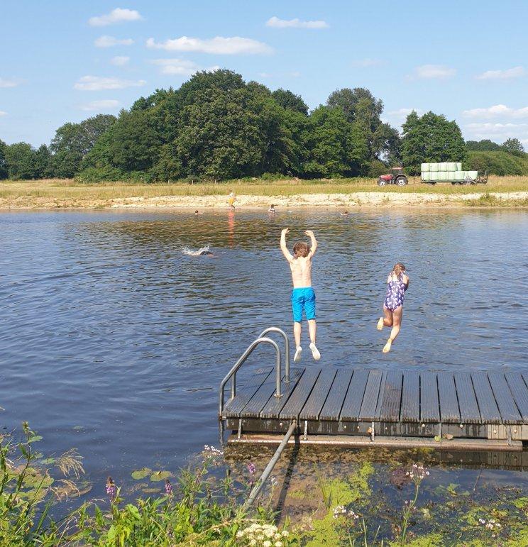 Huttopia de Roos: review van kindvriendelijke natuur camping in Overijssel . Camping Huttopia de Roos ligt aan de Vecht. Op de camping liggen er in de Vecht drie zwemsteigers. Daar wordt veel gebruik gemaakt door gezinnen met wat grotere kids, zoals die van ons.