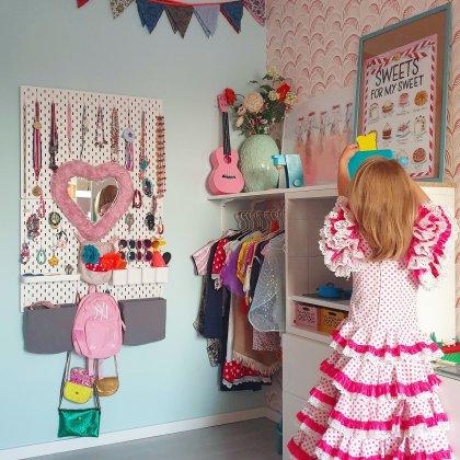 Peuter verjaardag: cadeau ideeën voor kinderen van 2 of 3 jaar. Met de verkleedkist speelden we eindeloos. In een oude jurk van mama, of in een mooi kostuum. Voor wie van verkleden houdt, is een mooie outfit een leuk cadeau.