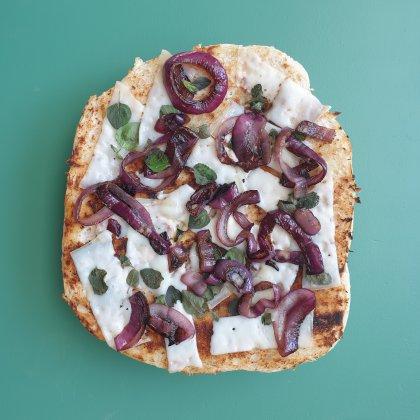 BBQ met kinderen: lekkere recepten en boodschappenlijst. Turks brood met uien, kaas en oregano.
