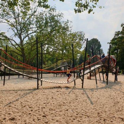 De speeltuin in het Oosterpark, aan de kant van Hotel Arena.Zou dit de allermooiste speeltuin van Amsterdam zijn?