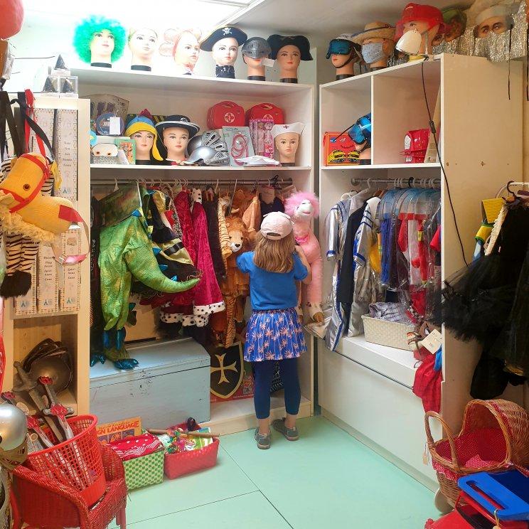 De Kinderfeestwinkel in de Pijp heeft van alles voor een kinderfeestje, maar ook heel veel verkleedkleren, mooie cadeaus en spullen voor de kinderkamer. Kleine meis vond deze hoek echt fantastisch