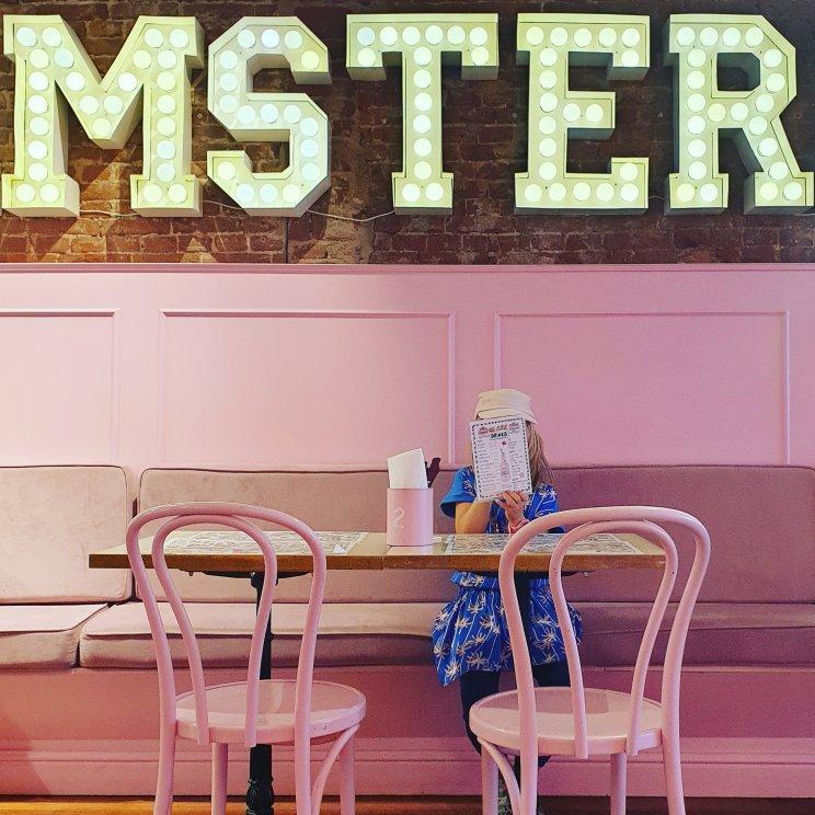 De bubblegum-roze winkel met café van Blond Amsterdam stond al een tijdje op ons lijstje. Ongeveer alles is hier roze, zelfs veel zoetigheid en drankjes. Kleine meis vond het echt fantastisch, we gaan vast nog een keer terug voor de hightea.