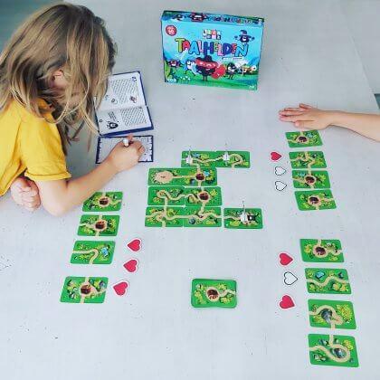 Hebben je kids wat extra hulp nodig bij begrijpend lezen? Bordspel Taalhelden is een speelse manier om te oefenen, gemaakt door Kidsweek en Just Entertainment. Het spelwoud zit vol eindbazen en alleen taalhelden kunnen ze verslaan. Elke speler kiest zijn favoriete taalheld en plaatst kaarten op tafel, om zo een route te maken, die de taalheld kan bewandelen. Er zijn avonturenkaarten met een route, schatkistkaarten waar nieuwe levens in verstopt zitten en eindbaaskaarten met een monster die je moet verslaan. Monster verslaan doe je door vragen te beantwoorden over een tekst.