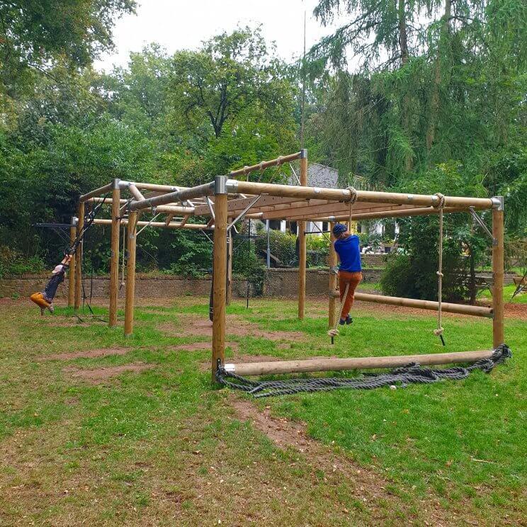 Glamping Landal Gooise Heide: safaritenten camping in het Gooi. Voor volwassenen werden er dagelijks sportactiviteiten georganiseerd. Denk aan wandelen, duurloop, yoga en bootcamp. Een deel van die lessen was in een soort outdoor gym, die onze kinderen ook heel leuk vonden.