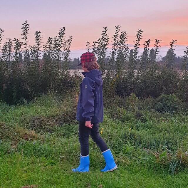 Hippe regenjassen, regenbroeken en regenlaarzen voor kinderen. Nu de kids ouder worden, kiezen we vaak voor een softshell jas, ook wel een outdoor jas genoemd. Deze jassen zijn vaak waterafstotend, maar niet volledig waterdicht. Maar ze voelen ook meer als een gewone jas. Dat is wel zo fijn als je in de pauze voetbalt of tikkertje doet. Dit soort jassen zijn er voor de winter, maar ook als tussenjas, daar moet je bij je keuze dus goed op letten.