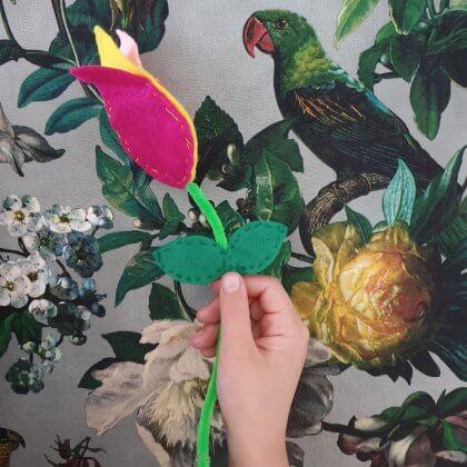 Moederdag en Vaderdag: ideeën om te knutselen. Bloemen knutselen: een tulp van vilt en chenilledraad