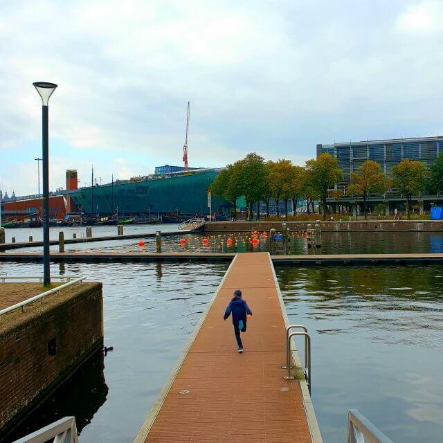 De zwemsteigers op het Marineterrein in Amsterdam, achter Kattenburg. In de zomer kun je zwemmen in het water tussen Kanteen25 en het Scheepvaartmuseum. Daar wordt druk gebruik van gemaakt, het is hier in de zomer heel erg gezellig. Extra leuk: de pontons kunnen op verschillende manieren worden neergelegd. Het terras van Kanteen25 is hier om de hoek, dat kun je dus leuk combineren.
