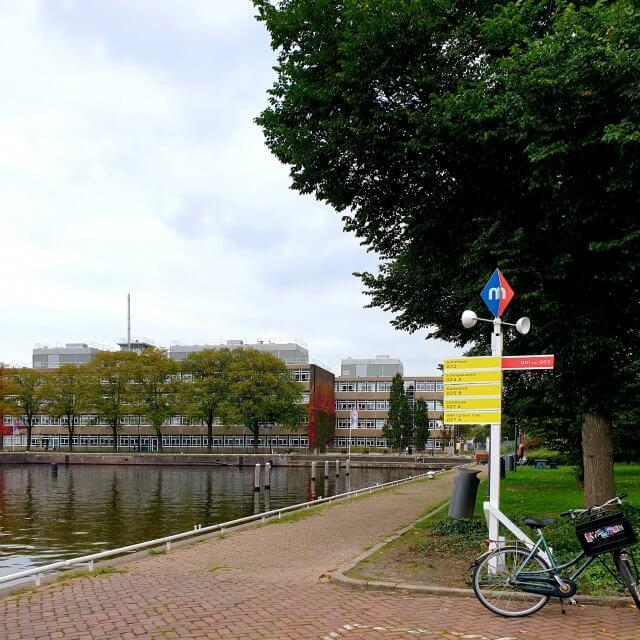 Het Marineterrein heeft een eigen wegwijzerbordjes. Het logo heeft de kleuren van Amsterdam en de marine: rood en blauw.