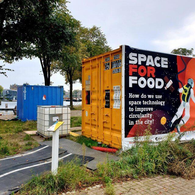 Op het Marineterrein worden allerlei nieuwe ideeën uitgeprobeerd. Vaak in samenwerking met de tech startups die in het gebied zitten. Zo probeert het European Space Agency in samenwerking met een van die bedrijven uit urine bruikbare grondstoffen te winnen.