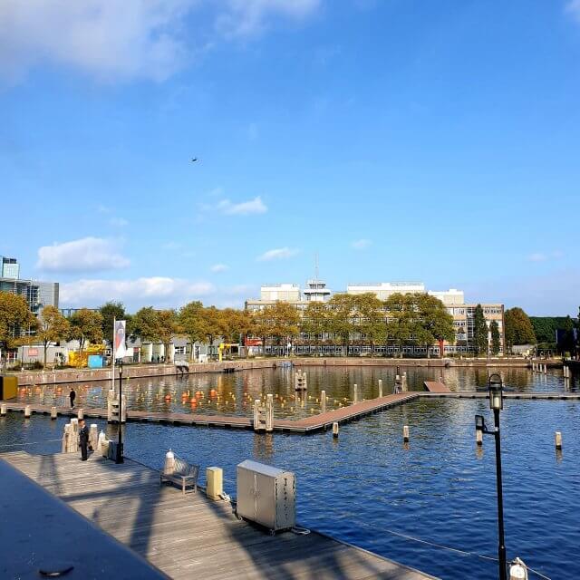 De zwemsteigers op het Marineterrein in Amsterdam, achter Kattenburg. De zwemsteigers op het Marineterrein in Amsterdam, achter Kattenburg. In de zomer kun je zwemmen in het water tussen Kanteen25 en het Scheepvaartmuseum. Daar wordt druk gebruik van gemaakt, het is hier in de zomer heel erg gezellig. Extra leuk: de pontons kunnen op verschillende manieren worden neergelegd. Het terras van Kanteen25 is hier om de hoek, dat kun je dus leuk combineren.