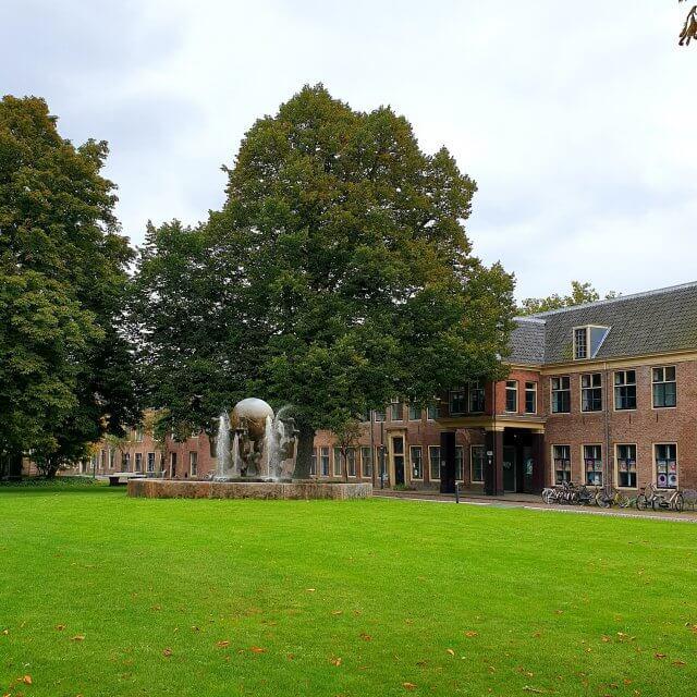 Het Marineterrein ademt nog de geschiedenis van de marine. De oude gebouwen zijn prachtig: kazernes, maar ook de woningen van de soldaten en de commandanten. Weet je er vroeger niet op het gras mocht worden gelopen?