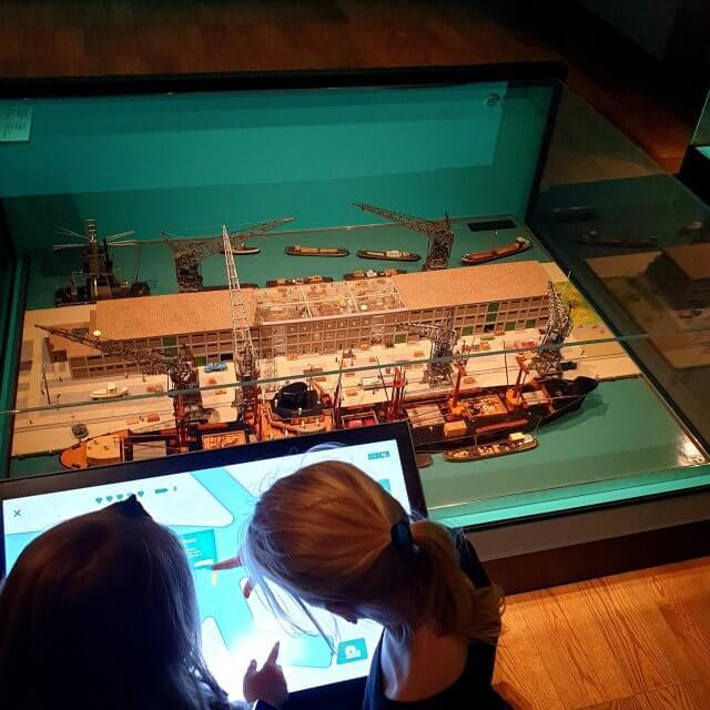 In het Scheepvaartmuseum in Amsterdam is er een audiotour waarmee kinderen in het museum uitleg krijgen over wat ze zien.