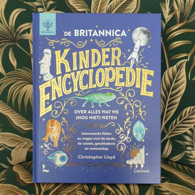 Er is een prachtig nieuw naslagwerk voor kids: de Britannica Kinderencyclopedie. Dit boek bespreekt chronologisch de geschiedenis vanaf het ontstaan van het heelal, tot de wereld van morgen. Daarbij komen er heel veel feiten en vragen over de aarde, de ruimte en de wetenschap langs. Achterin zit vanzelfsprekend een index, waarin je dingen kunt opzoeken. Het boek bevat prachtige foto's en tekeningen. De teksten zijn niet al te lang en er komen veel kaders met weetjes langs. Ook komen in korte kaders wetenschappers aan bod, erg leuk. Het boek is voor kinderen vanaf ongeveer 8 jaar, maar om het boek zelfstandig te gebruiken moet je wel echt goed kunnen lezen.
