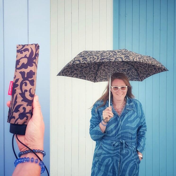 Wat is ie klein: de Reisenthel Knirps paraplu. Hij heet niet voor niks pocket mini, want ingeklapt is hij maar 25 centimeter en 190 gram, fijn in je tas dus. De paraplu is getest op windbestendigheid tot 100 kilometer per uur. Bij ons in de buurt waait het vaak flink hard, dus ik ben heel benieuwd! De pocket mini is in allerlei verschillende kleuren te koop.Leuk nieuws: tot het eind van het jaar krijg je 20% korting.
