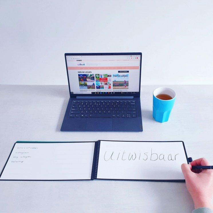 Een whiteboardnotitieboek, hoe handig is dat? Bambook maakt uitwisbare notitieboeken, waarin je je tekst weer kunt uitwissen. Dit nieuwe deskbook is speciaal voor op je bureau, je kunt hem voor je toetsenboard leggen. Handig om aantekeningen te maken terwijl je op de computer aan het werk bent. Ze hebben standaard 2 pagina's met een to-do list. Verder kun je kiezen of je lege pagina's wil, of ruiten of een stippellijn. Er zijn daarnaast allerlei andere formaten, van A5 voor in je tas tot A3 die je ook rechtop kunt zetten.