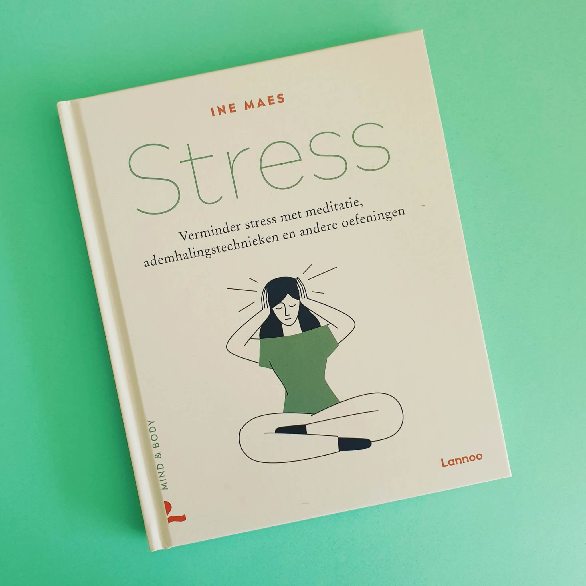 Stress van Ine Maes is een nuchter boekje over stress. Het legt je uit hoe stress werkt, daar is de laatste jaren steeds meer over bekend. Zo gaat ze bijvoorbeeld in op de rol van je ademhaling. Daarnaast bespreekt ze hoe je stress kunt verminderen met meditatie, ademhalingstechnieken en andere oefeningen. Allemaal super fijne tips en praktische oefeningen. Bij het boek hoort ook een podcast met geleide meditaties, heel fijn.